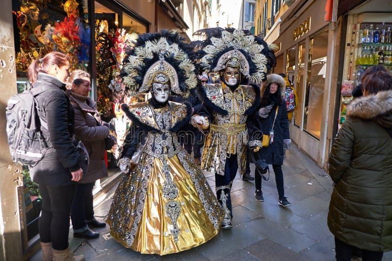 Венеция, Италия - 10-ое февраля 2018: Люди в масках и костюмы на масленице Венеции стоковое фото rf