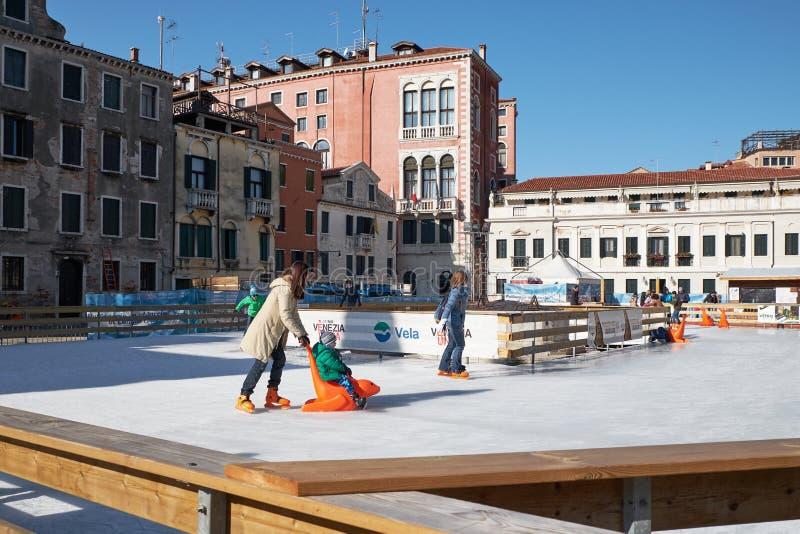 Венеция, Италия - 10-ое февраля 2018: Люди на катке катания на коньках стоковые фото