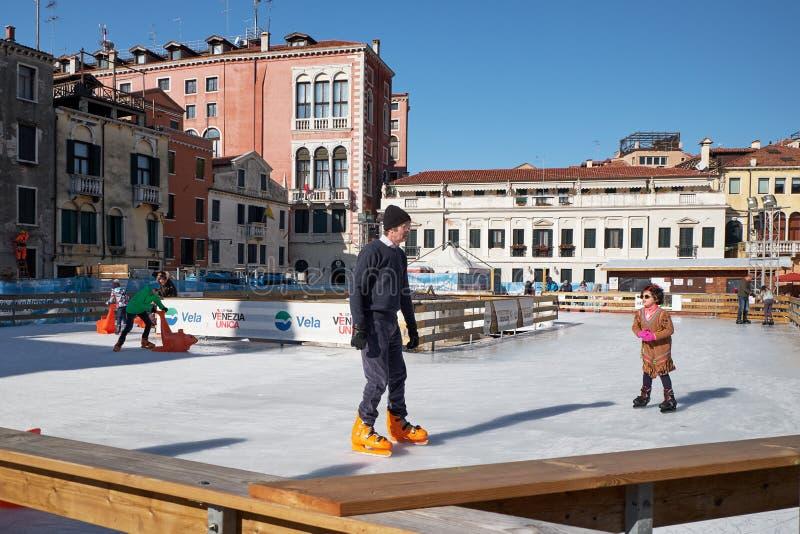 Венеция, Италия - 10-ое февраля 2018: Люди на катке катания на коньках стоковое изображение rf