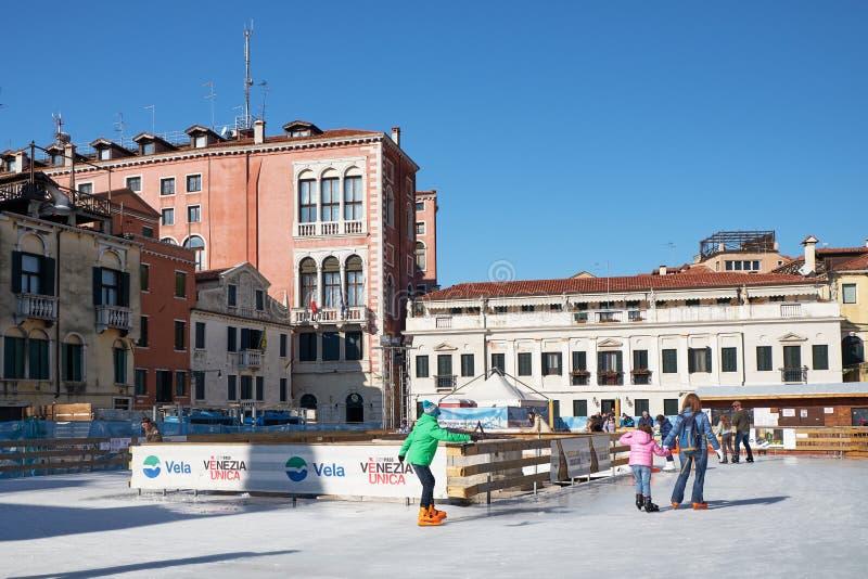 Венеция, Италия - 10-ое февраля 2018: Люди на катке катания на коньках стоковое фото