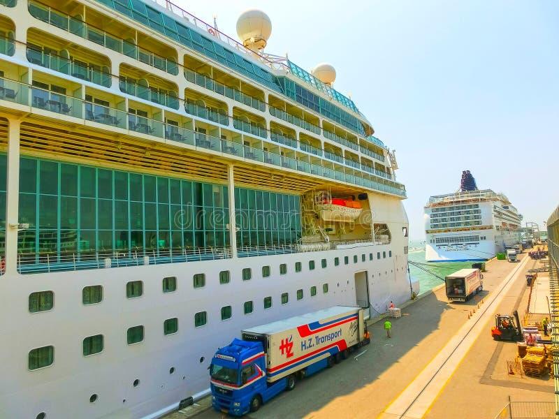Венеция, Италия - 6-ое июня 2015: Великолепие туристического судна морей королевским карибским International стоковое фото rf