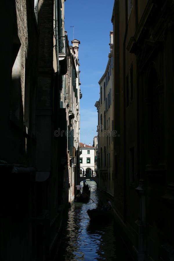 Венеция, канал в тени стоковое изображение