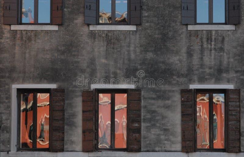 Венеция, окна с отражением стоковое фото rf