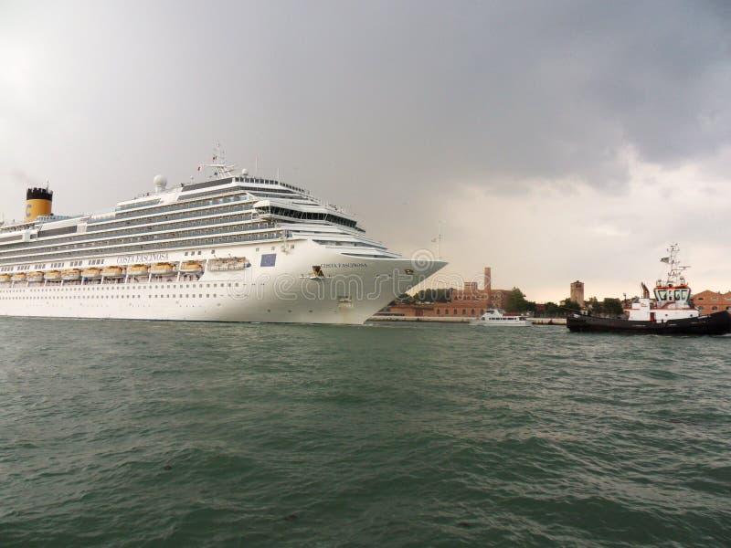 Венеция - отбуксировка туристического судна стоковые изображения rf