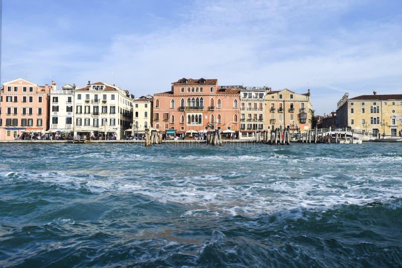 Download Венеция от шлюпки редакционное фото. изображение насчитывающей конструкция - 81804671