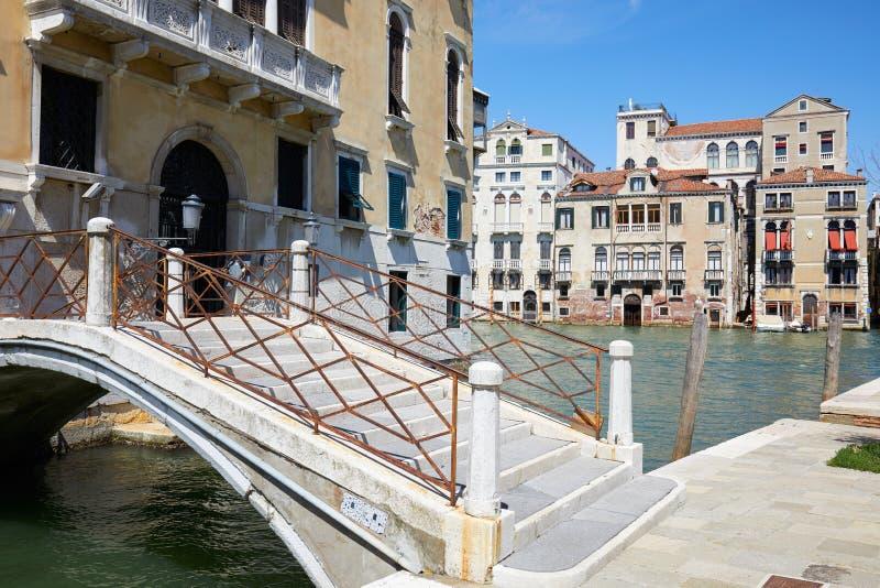 Венеция, старинные здания и взгляд большого канала с мостом, Италией стоковые фото