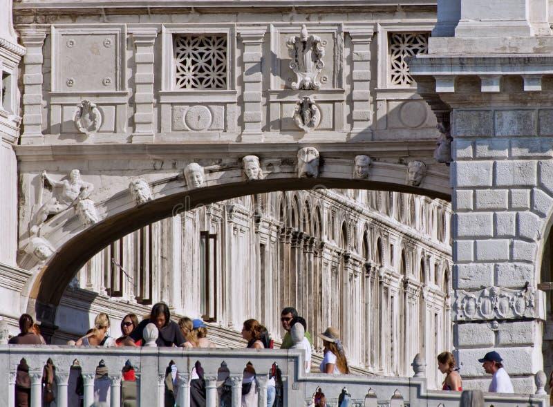 Венеция - туристы на мосте визирований стоковые фото