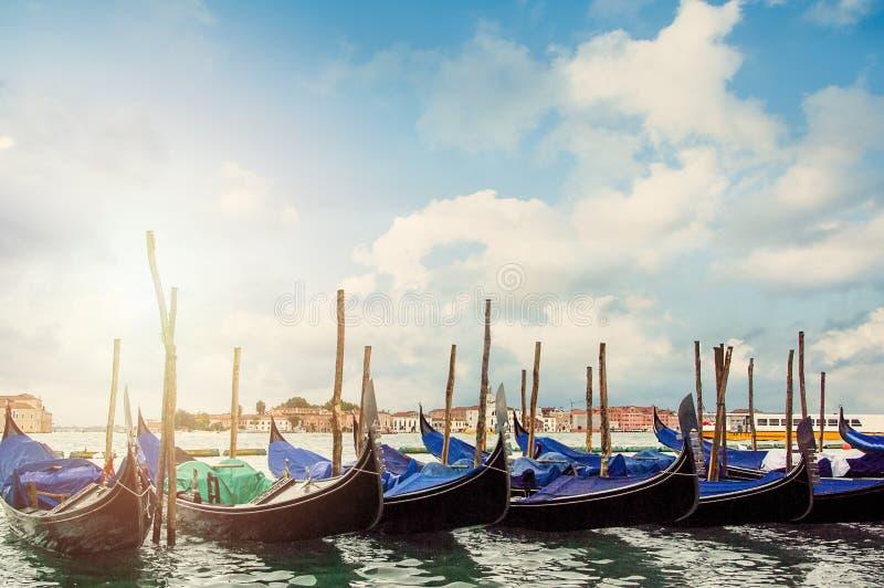 Венеция, шлюпки перед аркадой Сан Marco r стоковое изображение rf