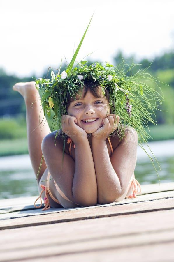 венок девушки счастливый стоковое фото