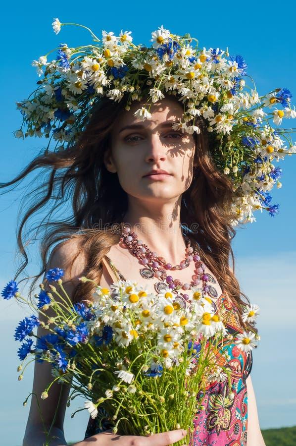 венок девушки цветков Сторона красивой украинской девушки в венке лета цветет на природе стоковое изображение