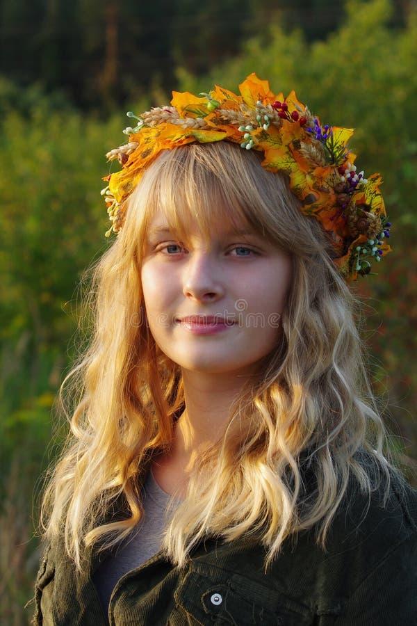 Венок осени сделанный из кленовых листов портрет девушки осени белокурый стоковое фото