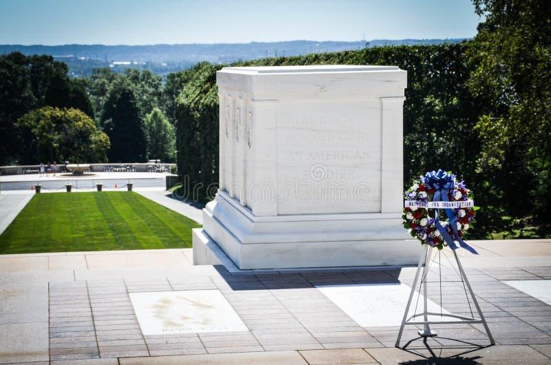 Венок перед усыпальницей неизвестного солдата на кладбище Арлингтона стоковая фотография rf