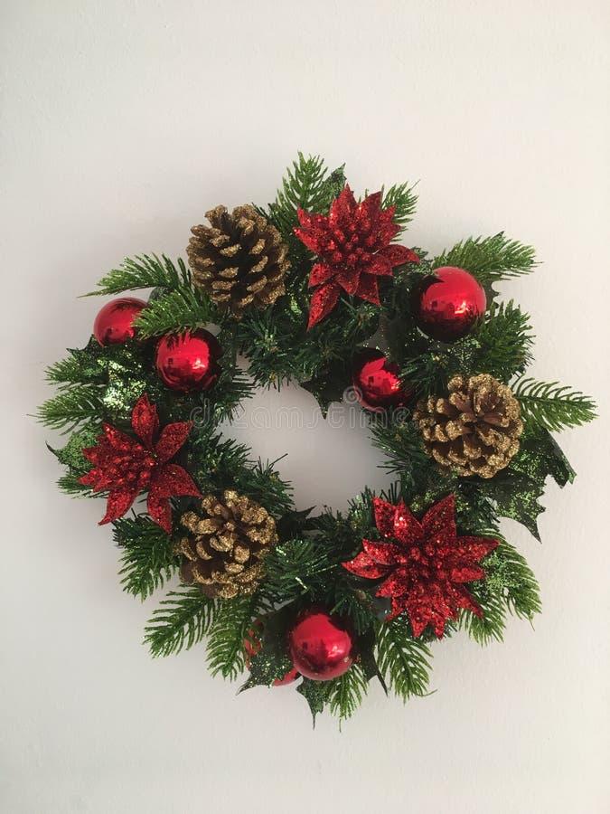 Венок рождества конусов, шариков и звезд Украшения Нового Года Изолированная, белая предпосылка r стоковые изображения rf