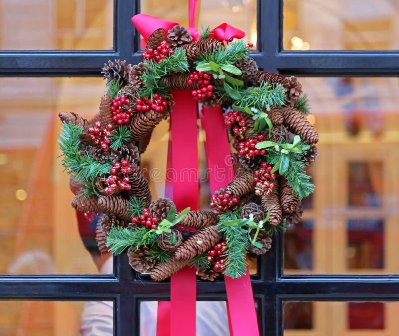 Венок рождества на окне стоковое изображение