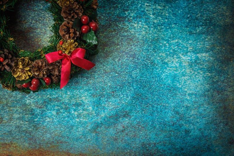Венок рождества на ретро заржаветой предпосылке стоковые изображения