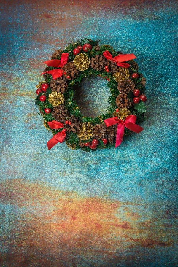 Венок рождества на ретро заржаветой предпосылке стоковая фотография