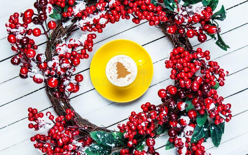 Венок рождества падуба с капучино стоковое фото rf