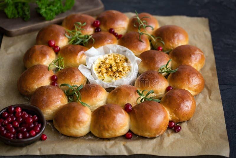 Венок хлеба праздника с испеченным камамбером, стоковые фото