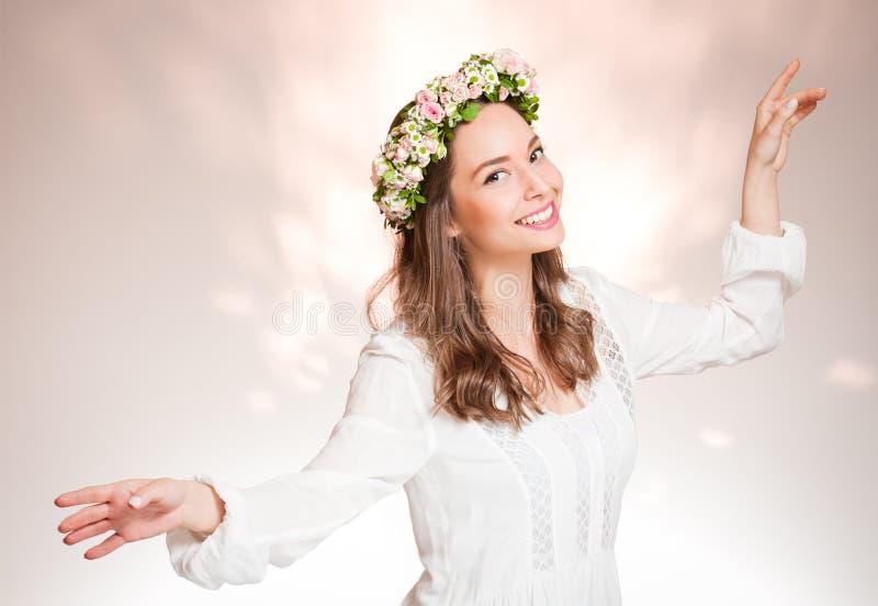 Венок цветка весны шикарной женщины брюнет нося стоковые фотографии rf