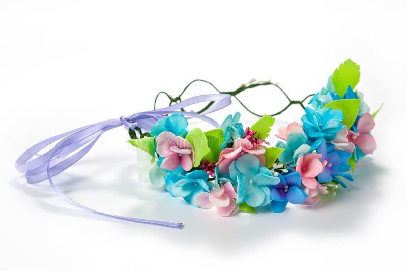 Венок цветков от голубого fameirana handmade нежно и фиолетовый на белой предпосылке стоковое изображение