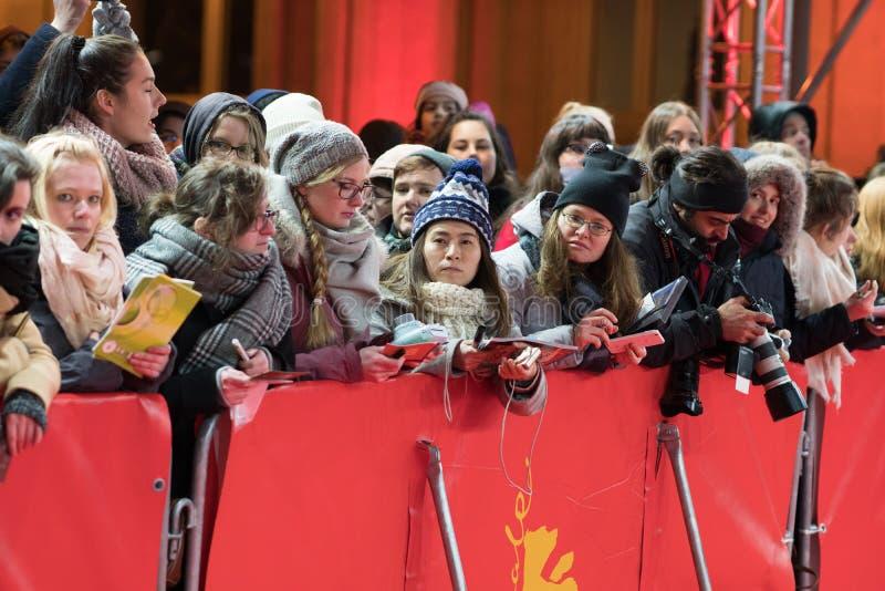 Вентиляторы ждать на красном ковре Berlinale стоковое фото