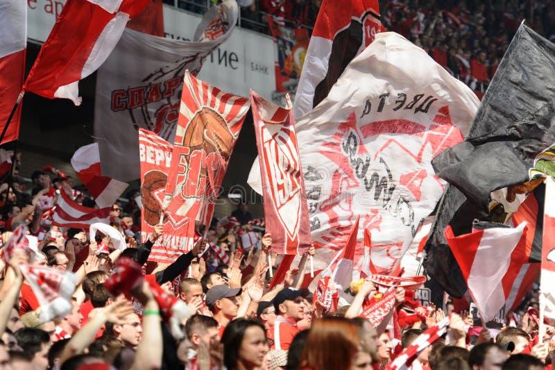 Вентиляторы приветственного восклицания Spartak Москвы на их команде во время дружелюбной игры против динамомашины FC стоковая фотография