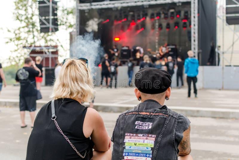 Вентиляторы тяжелого метала смотря этап на фестивале Metalshow под открытым небом в Latvi стоковое фото rf