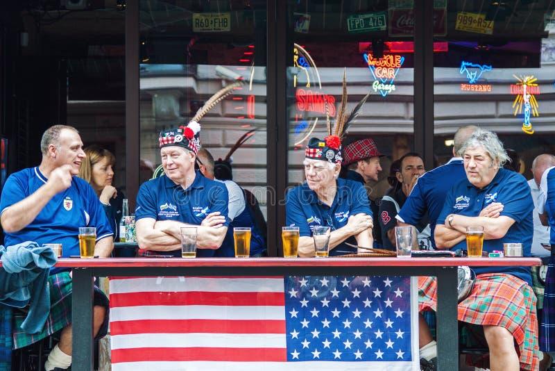 Вентиляторы футбольной команды Шотландии выпивая пиво стоковая фотография