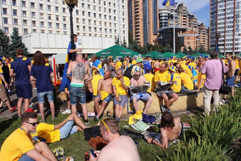 Вентиляторы шведской футбольной команды имеют остальные стоковые изображения