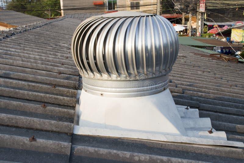 Вентилятор крыши на крыше индустрии, Chiangmai, Таиланде - 9-ое мая 2019 стоковое изображение rf
