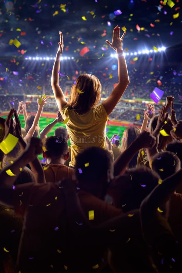 Вентиляторы на игре стадиона стоковые фотографии rf