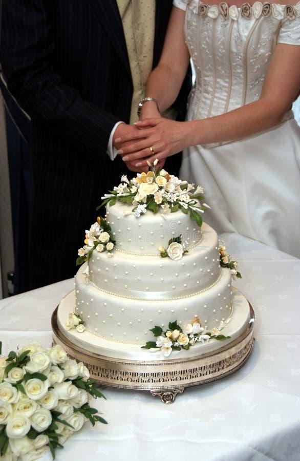 венчание вырезывания торта стоковое изображение rf
