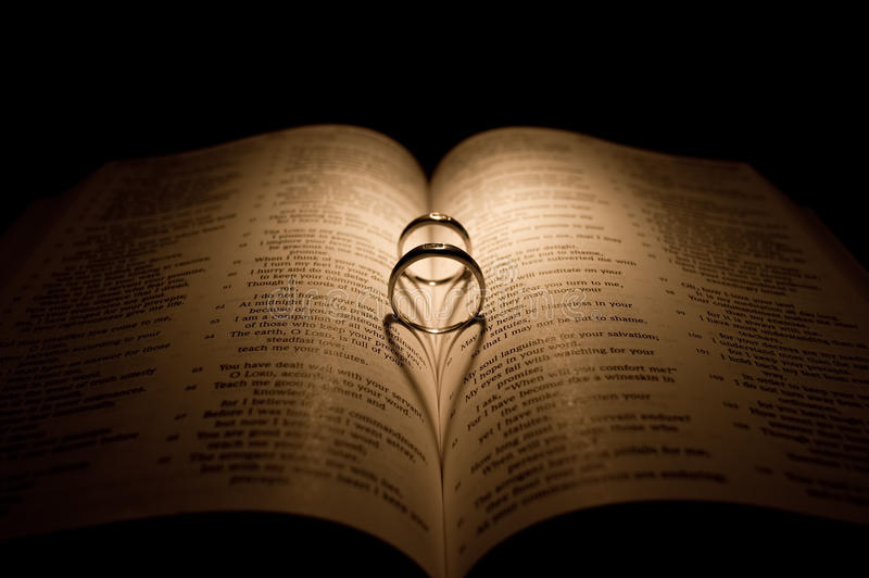 венчание кольца диаманта библии стоковое фото rf