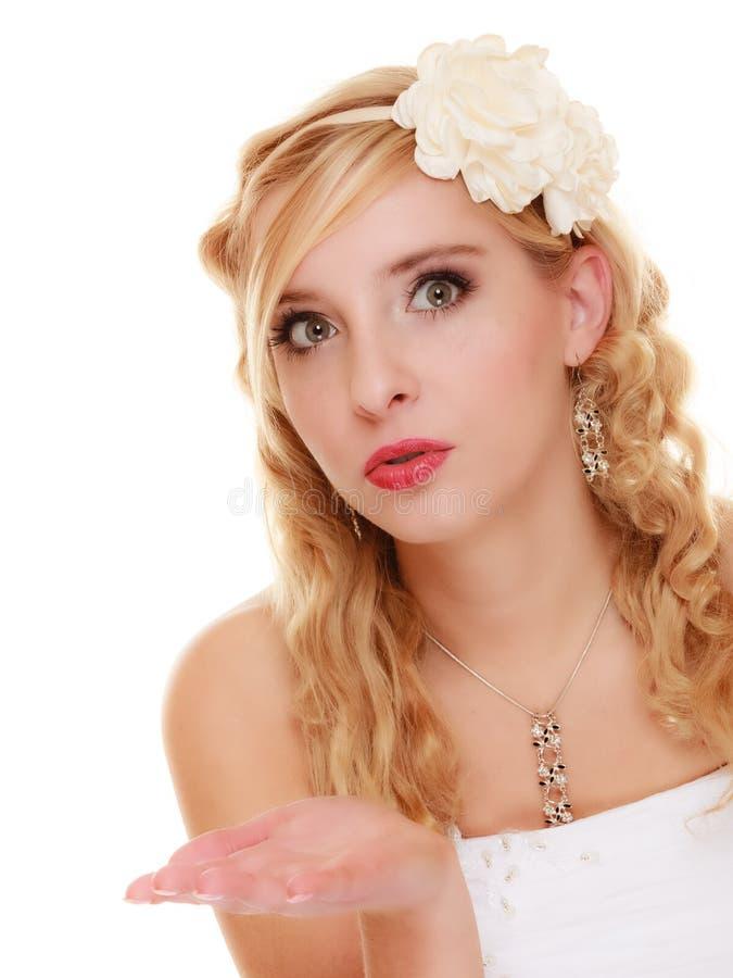 венчание Невеста молодой женщины романтичная дуя поцелуй стоковые фото