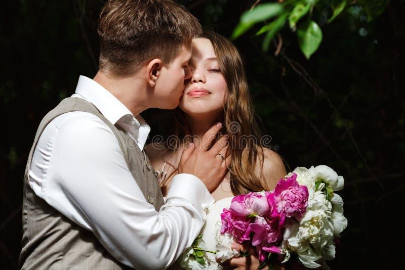 венчание парка пар целуя стоковые фото
