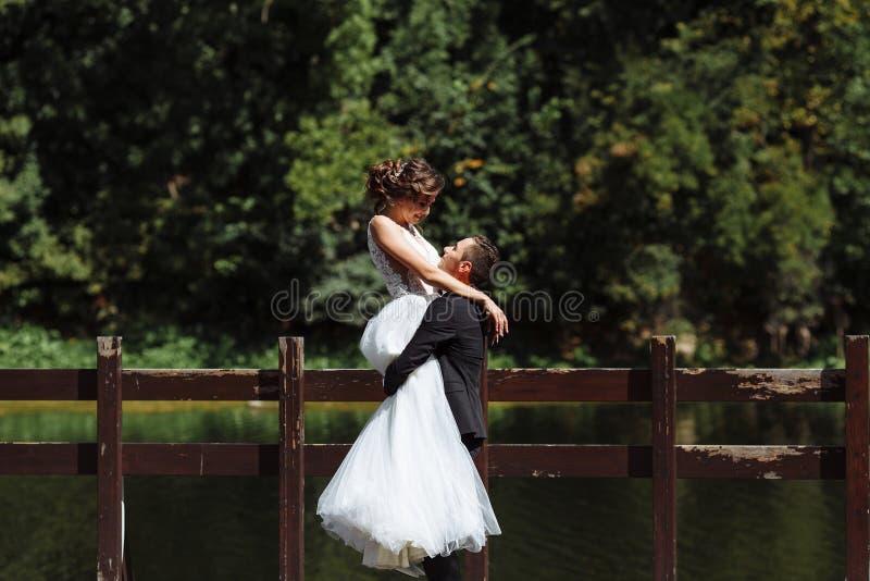венчание пар шикарное Свадьба для 2 Милые невеста и стильные холят стоковое изображение