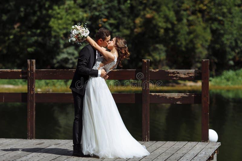венчание пар шикарное Свадьба для 2 Милые невеста и стильные холят стоковое изображение rf
