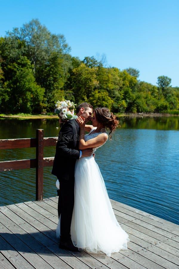 венчание пар шикарное Свадьба для 2 Милые невеста и стильные холят стоковое фото