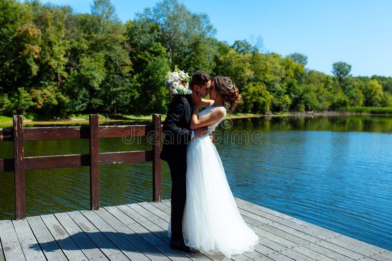 венчание пар шикарное Свадьба для 2 Милые невеста и стильные холят стоковые фотографии rf