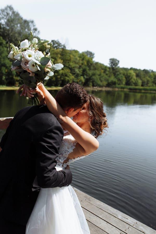 венчание пар шикарное Свадьба для 2 Милые невеста и стильные холят стоковая фотография