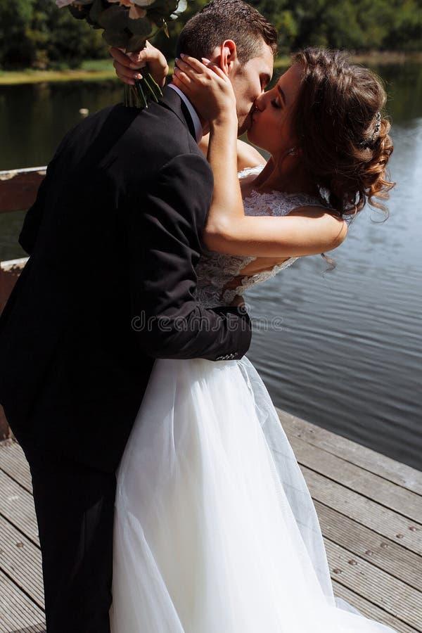 венчание пар шикарное Свадьба для 2 Милые невеста и стильные холят стоковая фотография rf