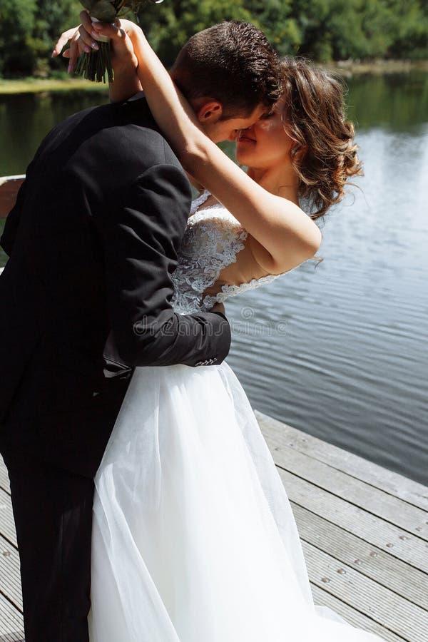 венчание пар шикарное Свадьба для 2 Милые невеста и стильные холят стоковые изображения rf