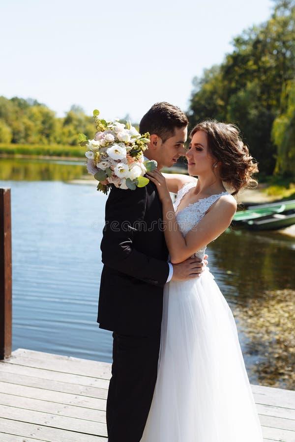 венчание пар шикарное Свадьба для 2 Милые невеста и стильные холят стоковые фото