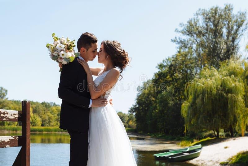 венчание пар шикарное Свадьба для 2 Милые невеста и стильные холят стоковое фото rf