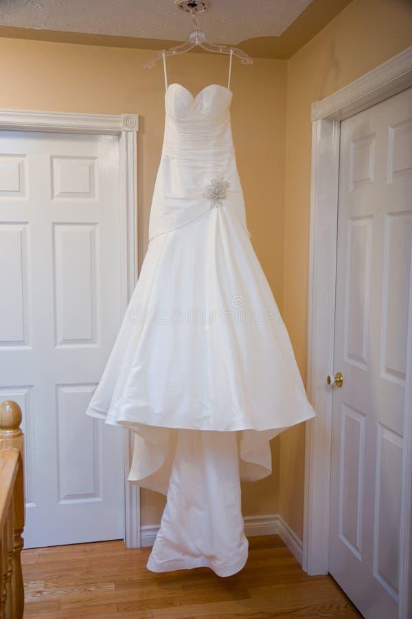 венчание платья вися стоковые фотографии rf