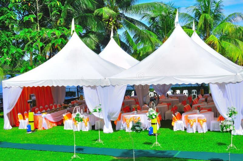 венчание приём гостей в саду стоковое фото rf