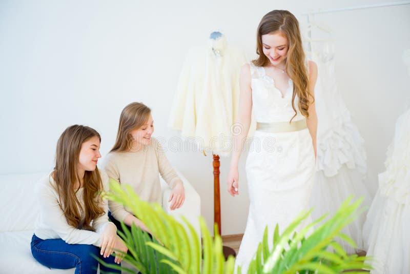 венчание платья невесты пробуя стоковая фотография