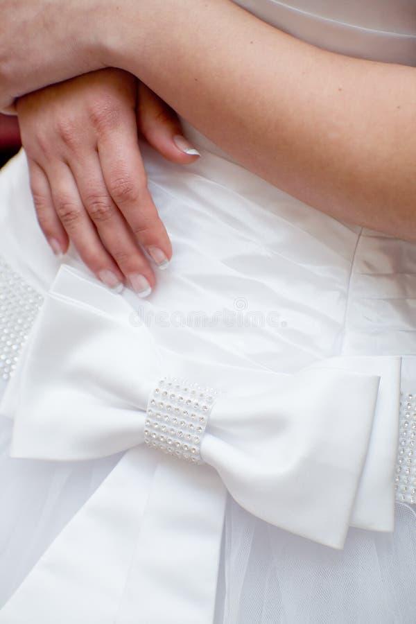 венчание рук s dres невесты стоковое изображение