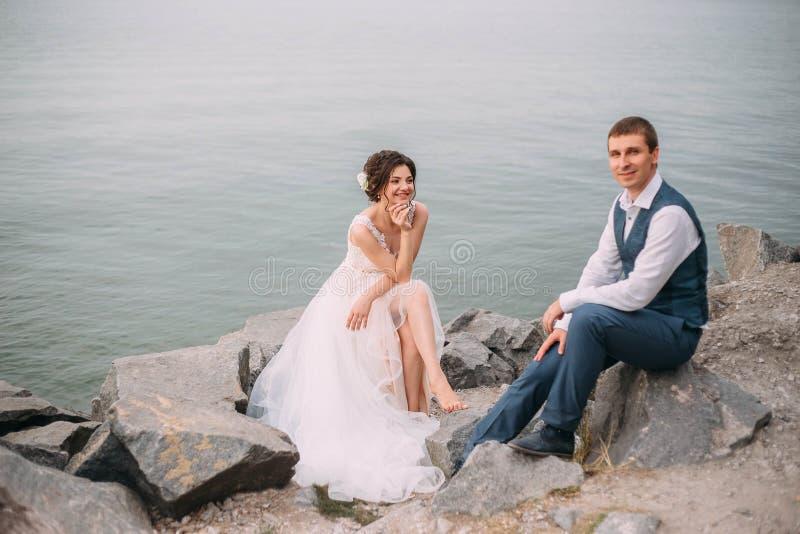 венчание сбора винограда дня пар одежды счастливое Стильные молодые пары идя на предпосылку живой природы на заходе солнца Точное стоковая фотография