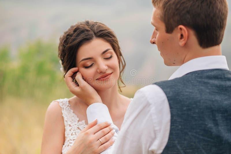 венчание сбора винограда дня пар одежды счастливое Groom ласкает невесту в стороне Точное фото ` s стоковые изображения rf